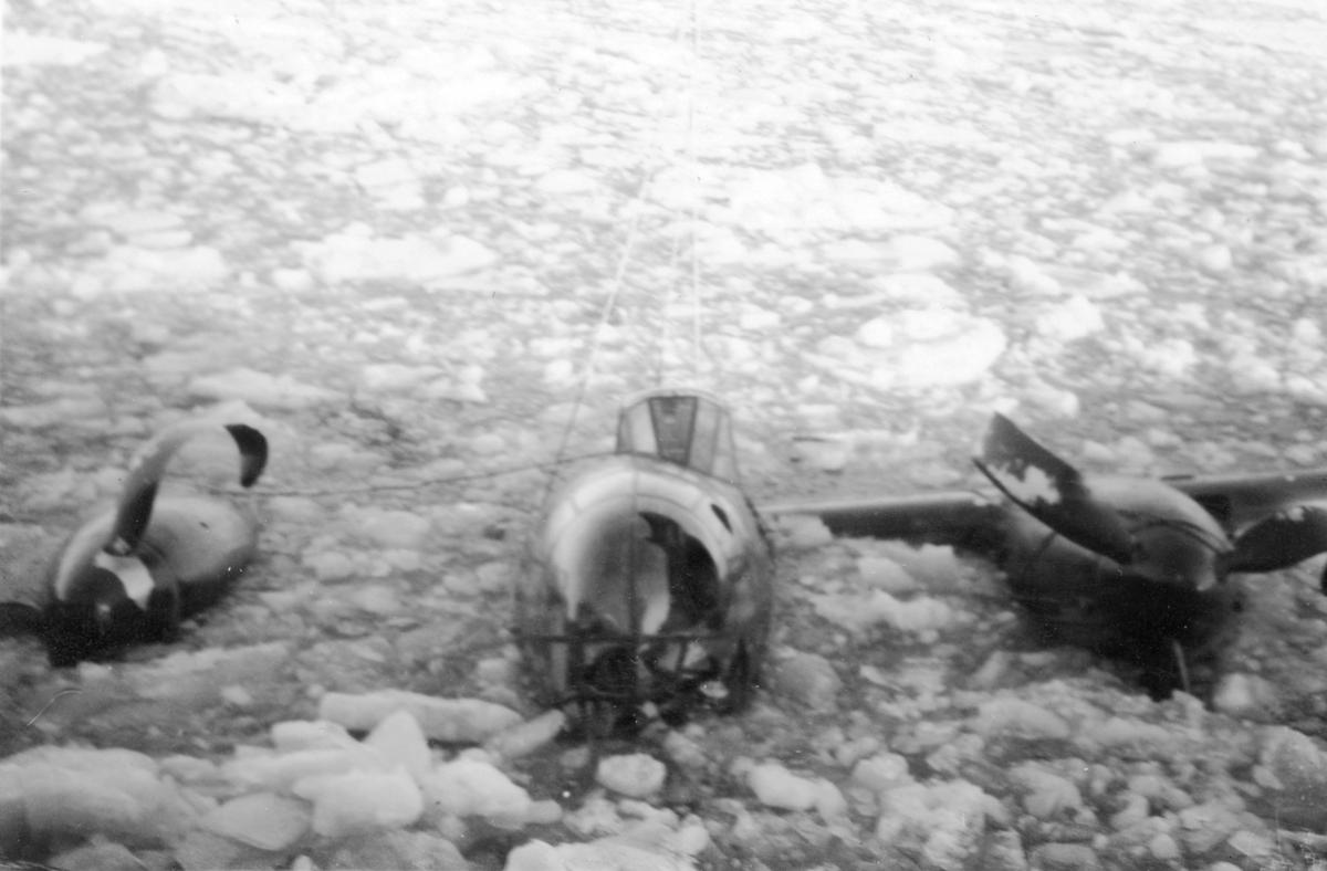 Bärgningsförsök av flygplan B 18B nummer 18172, Röd David, i Härnösands hamn efter nödlandning på isen den 10 februari 1946. Vy framifrån.