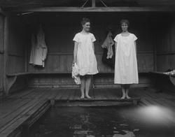 Två unga badklädda kvinnor i badhuset vid Svindersvik.