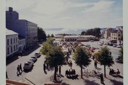 Stortorget, handelsboder, marked, biler, Basarene. Hamar.