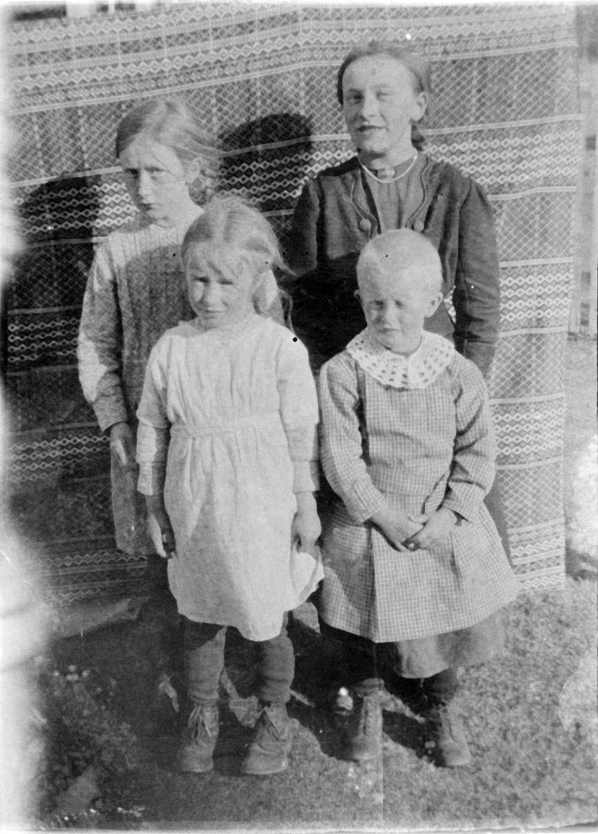 Søskenflokk - Aslaug Slåen, Marit Kroken (bak), Signe, ukjent (foran)