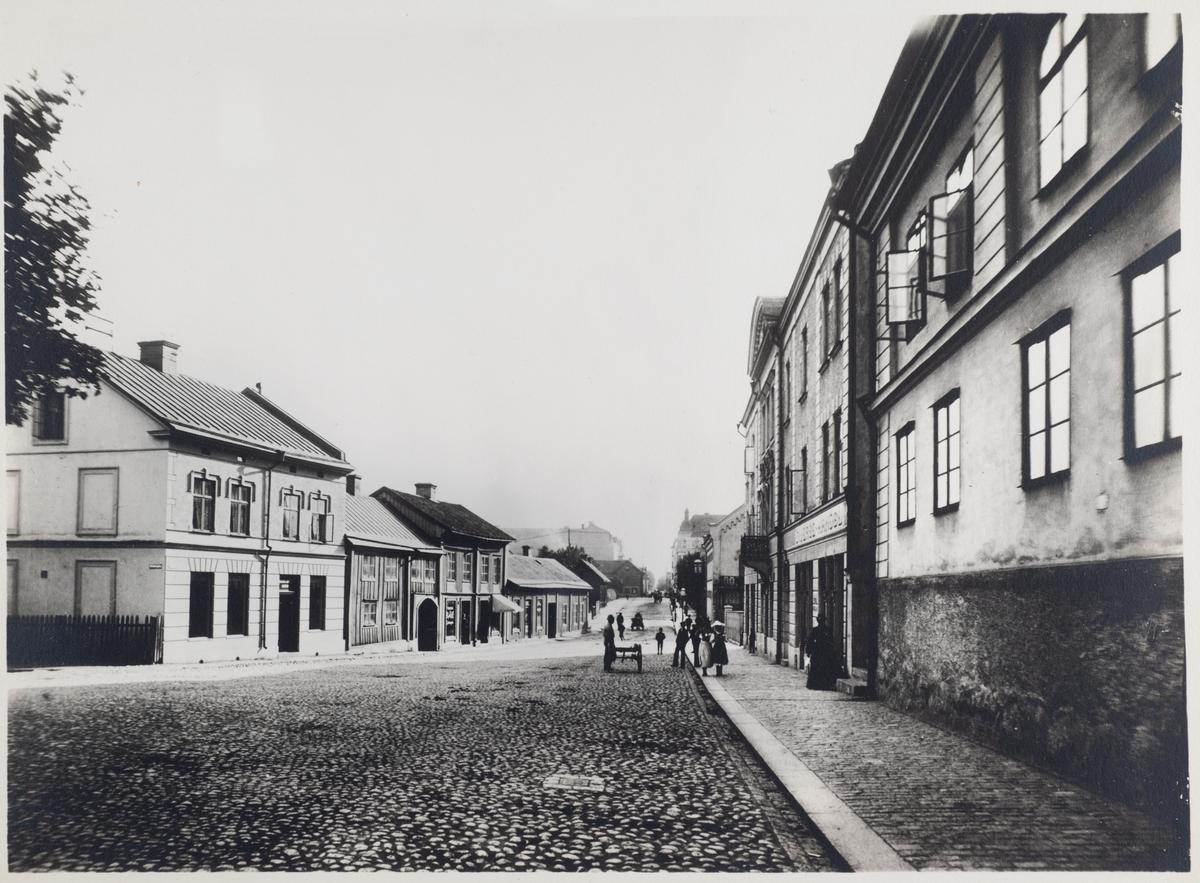 Storgatan söderut från Strömersgatan. Huset närmast till höger är gamla Hospitalshuset byggt 1782. Bilden är tagen ca 1895.