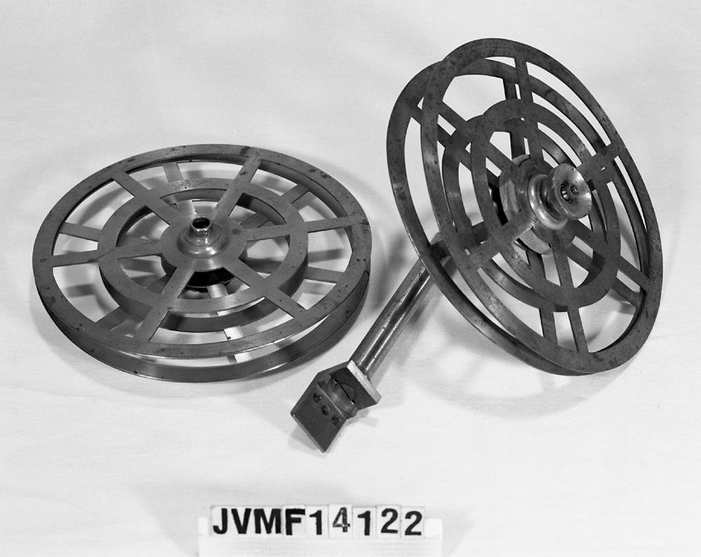 Två upprullningshjul till telegraf, det ena med upphägningsstag.