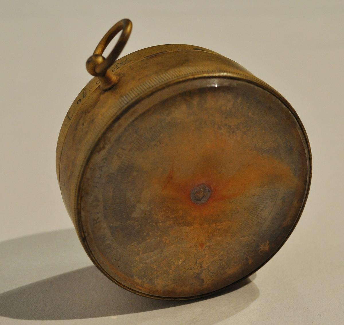 Psykrometer av metall och glas med vidhängande nyckel som ligger i en trälåda med lock. Flera små föremål ligger i lådan som hör till psykromtern. A. Assmanns Aspirations Psychrometer med vidhängande nyckel B. Dropprör med gummiballong C. 2 glasflaskor D. Fjäder E. Reservhylsa F. Reservvred G. Reservtermometrar, 2 st H. Fragment av glasrör, 3 st I. Reservdel till dropprör (ballong) J. Aneroidbarometer, denna påträffades i lådan till psykrometern. K. Aneroidbarometer i fodral av skinn L. Fodral av trä samt duk av sämskskinn