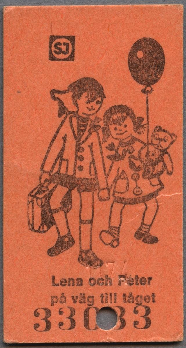 """Barnbiljett från SJ av orange papp i Edmonsonskt format. Biljetten har ett tryckt motiv på ena sidan samt ett serienummer. Bilden föreställer två barn som håller varandra i handen samtidigt som de promenerar. Det ena barnet håller i en resväska och det andra barnet i en nalle och en ballong. Nedanför bilden står det """"Lena och Peter på väg till tåget"""". På den andra sidan står ett rim """"Tiddepom och piddelipåg, nog är det roligt att få åka tåg. Tiddelipom och pidellipunt, det säger hjulen när de går runt. Tiddelipom och piddelipett, men man ska väl ha en egen biljett. OCH DET HAR DU."""" Nedanför rimmet står det """"Småbarns-Biljett"""" med SJ logotyp bredvid och sedan """"Gäller för resa HEMIFRÅN-BORT och hem igen"""". Biljetten är klippt en gång."""