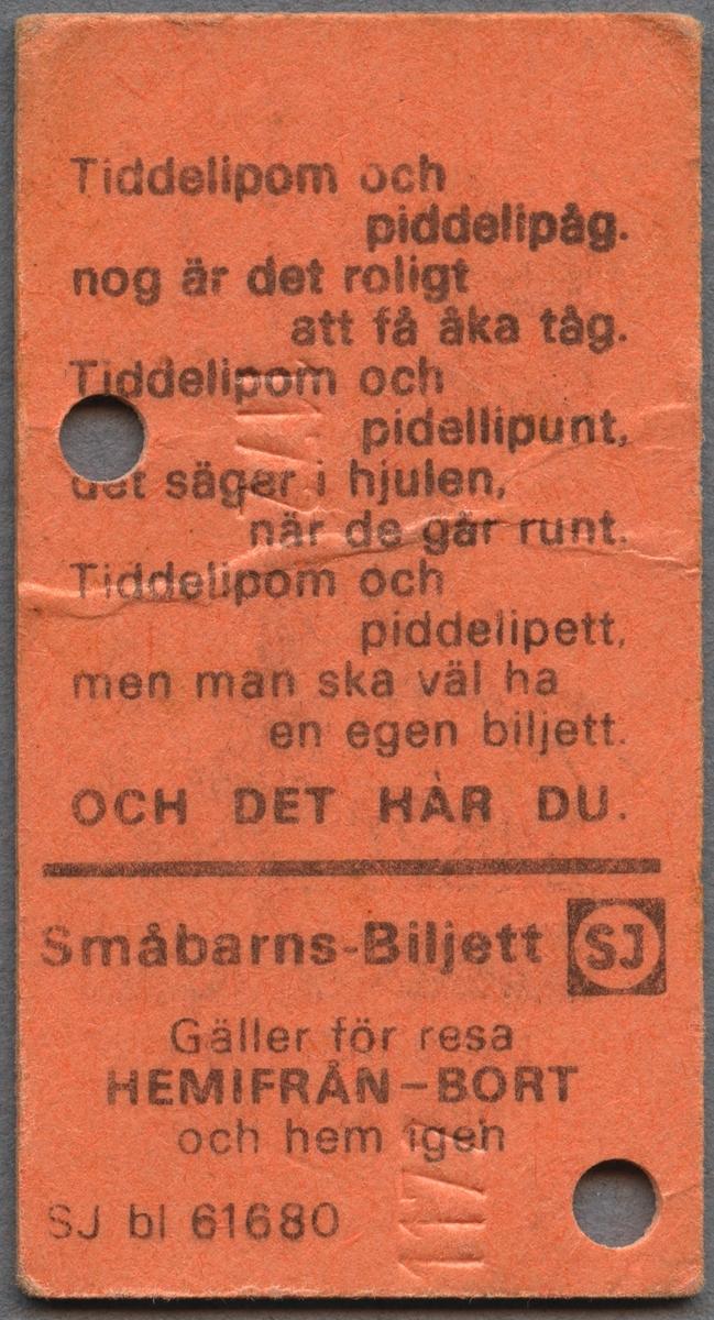 """Barnbiljett från SJ av orange papp i Edmonsonskt format. Biljetten har ett tryckt motiv på ena sidan samt ett serienummer. Bilden föreställer en pojke som ligger nedbäddad i överslafen i en sovvagn. På undre bädden står en flicka i nattlinne och håller i en nalle och en docka i varsin hand. Nedanför bilden står det """"Lena och Peter åker sovvagn"""". På den andra sidan står ett rim """"Tiddepom och piddelipåg, nog är det roligt att få åka tåg. Tiddelipom och pidellipunt, det säger hjulen när de går runt. Tiddelipom och piddelipett, men man ska väl ha en egen biljett. OCH DET HAR DU."""" Nedanför rimmet står det """"Småbarns-Biljett"""" med SJ logotyp bredvid och sedan """"Gäller för resa HEMIFRÅN-BORT och hem igen"""". Biljetten är klippt två gånger."""