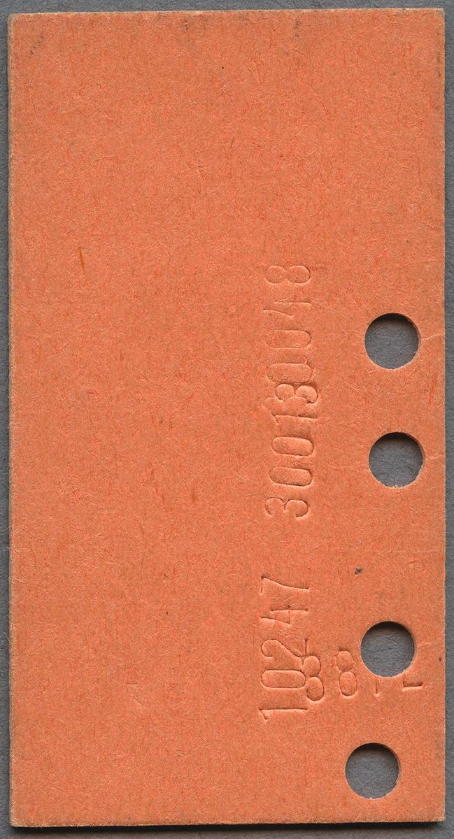"""Studerandebiljett, enkelbiljett för SJ persontåg på sträckan Stockholm C-Falsterbo över Malmö/Södervärn. Biljetten är av orange papp i Edmondsonskt format. Biljetten var giltig i andra klass. På biljetten står det """"Stämplas genast vid uppehåll"""". Biljetten är stämplad med datum i toppen. """"Stud."""" är tryckt i rött i nederdelen av biljetten. Biljettens pris var 83 kronor. Biljetten är klippt fyra gånger."""