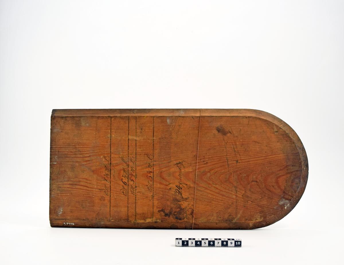 Rektangulär med ena änden sfärisk. Långsidorna och den sfäriska delens kanter avfasade. Mallen avmäkt med skåra för de olika måtten. Märkning: Till 7 3/4 u:L., 6 7/8 u:L., 3 3/4 u.L. 24 pundig.