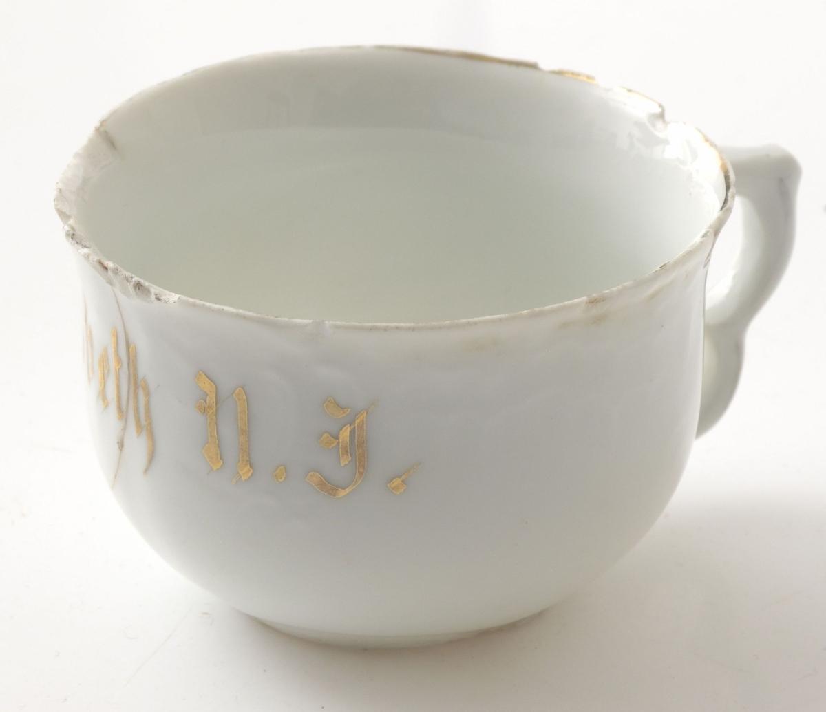 Vid klokkeformet kopp med relieffbord med bølger og buer langs kanten.