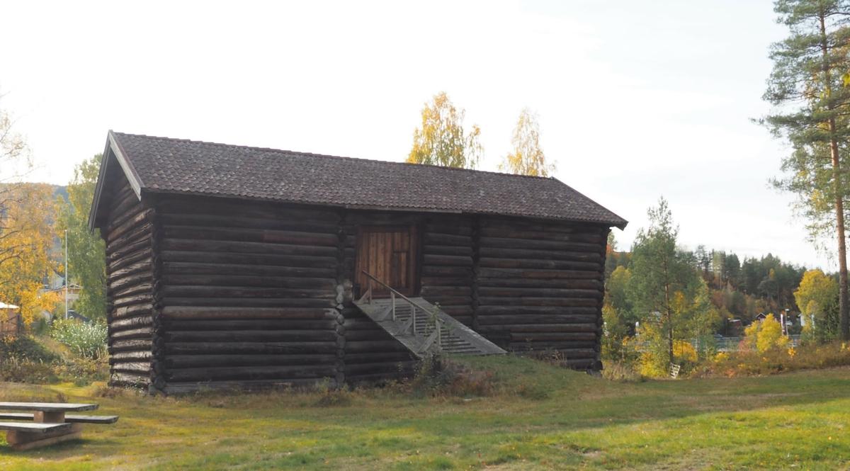 Låven fra Nordre Støvern er den eldste bygningen på Sigdal Museum, og en av landets eldste bevarte låvebygninger. Tømmeret i bygningen er årringsdatert til vinteren 1595-96, og den er sannsynligvis oppført sommeren 1596 eller noen år senere. Store, solide bygninger som dette forteller om et samfunn som hadde kommet seg gjennom nedgangstiden som fulgte svartedauden på 1300-tallet.