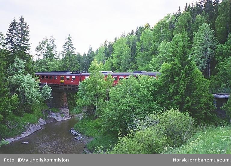Avsporet motorvogn BM 69 015 på ved Langnes mellom Spydeberg og Askim stasjoner.