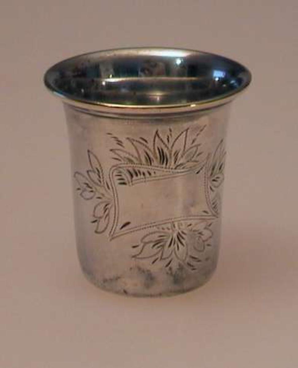 Pokal i sølvplett med blomsterdekor.