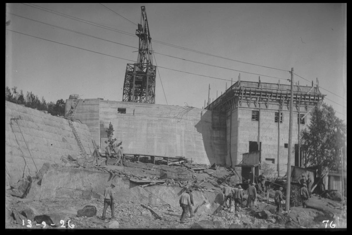 Arendal Fossekompani i begynnelsen av 1900-tallet CD merket 0010, Bilde: 28 Sted: Flatenfoss i 1926 Beskrivelse: Kraftstasjonen med tårnet til taubanen over dammen