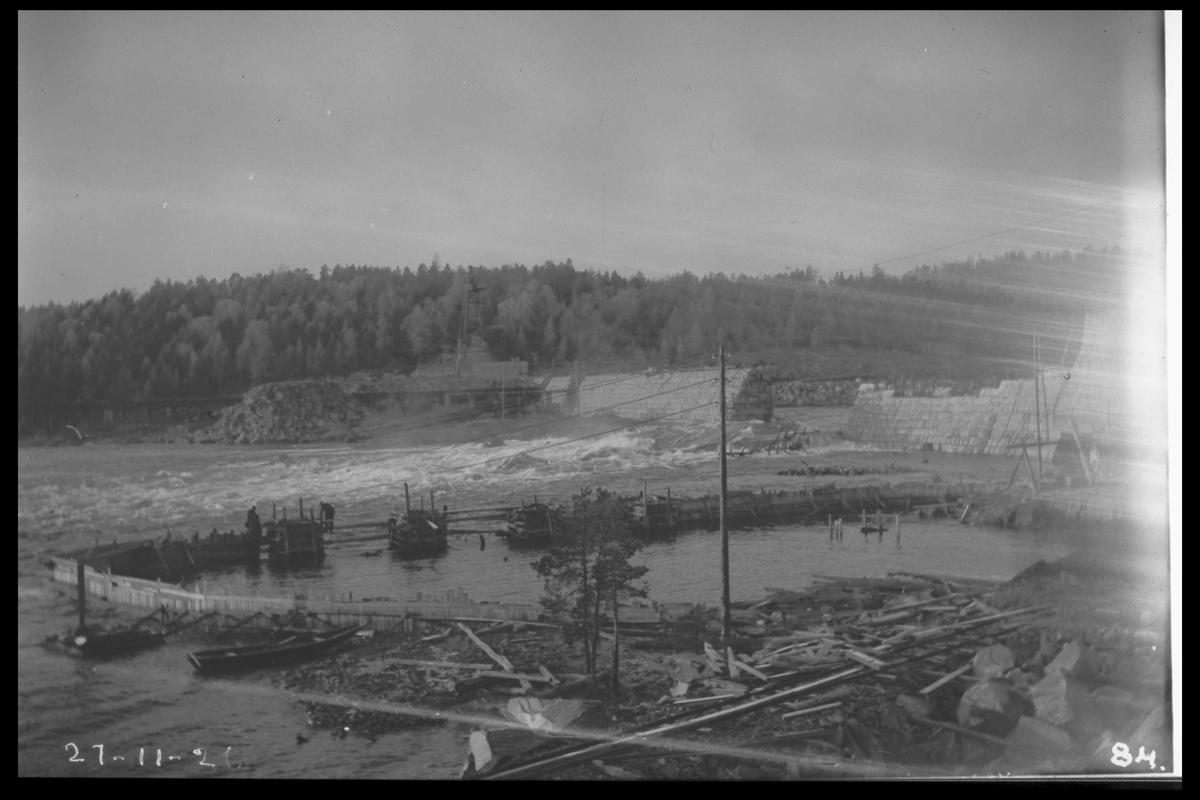 """Arendal Fossekompani i begynnelsen av 1900-tallet CD merket 0010, Bilde: 30 Sted: Flatenfoss i 1926 Beskrivelse: Fangdammen for sprenging i forgrunnen. Bilde tatt under arbeid med """"synken"""" inn til sugerøret til turbinen"""