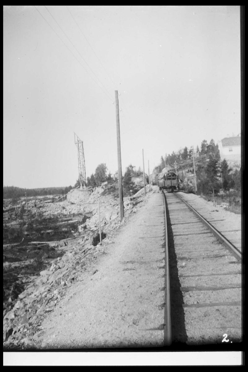 Arendal Fossekompani i begynnelsen av 1900-tallet CD merket 0468, Bilde: 32 Sted: Flaten Beskrivelse: Langs jernbanen. Godsvogn og anleggsområdet i bakgrunnen