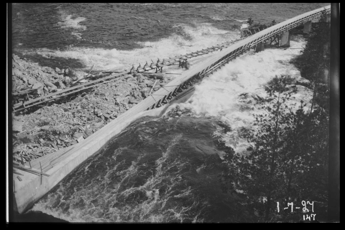 """Arendal Fossekompani i begynnelsen av 1900-tallet CD merket 0470, Bilde: 78 Sted: Flaten Beskrivelse: Den """"nye"""" tømmerrenna ut av dammen"""