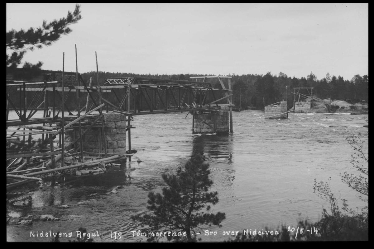 Arendal Fossekompani i begynnelsen av 1900-tallet CD merket 0474, Bilde: 19 Sted: Flaten Beskrivelse: Tømmerrene over elva