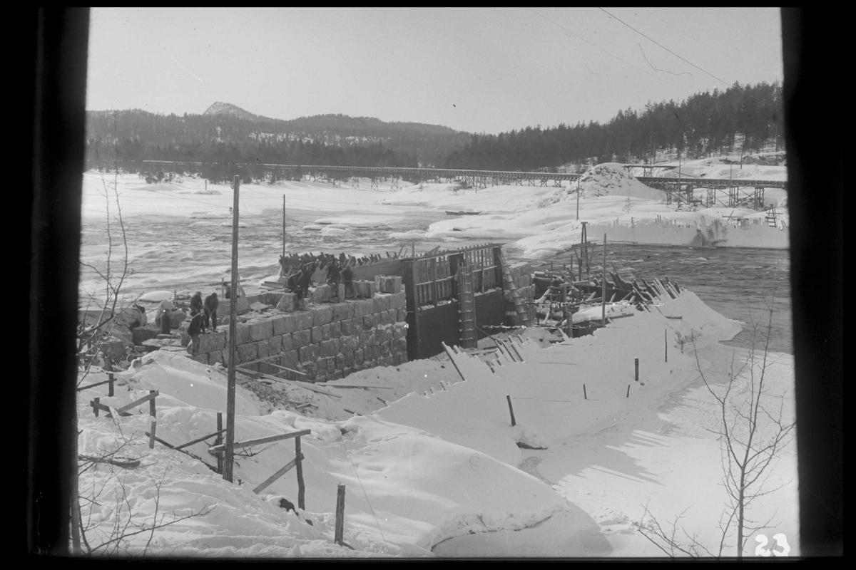Arendal Fossekompani i begynnelsen av 1900-tallet CD merket 0565, Bilde: 41 Sted: Flaten Beskrivelse: Bygging av dam