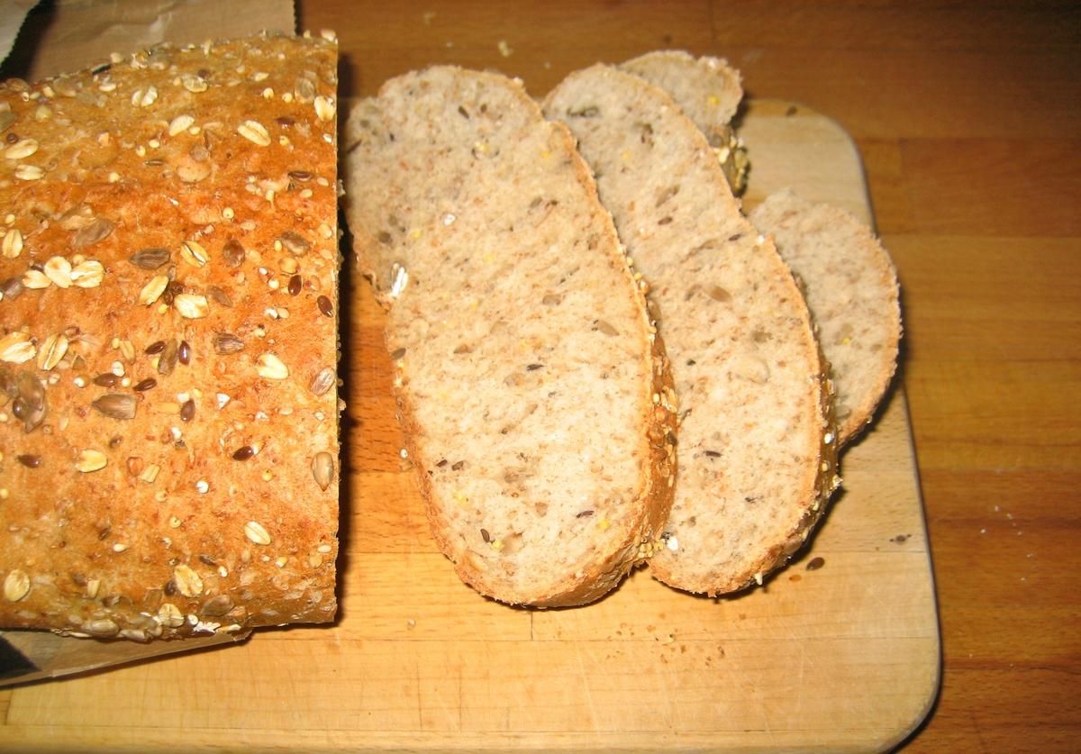 På brødposen finnes to motiv. Første motiv: To bakere som står med en ferdig deig. En ung og en eldre. Det ser ut som om den unge bakeren er under opplæring. Annet motiv: Flere boller med ulike typer korn. Det ser ut som om det er ingrediensene til brøddeigen.