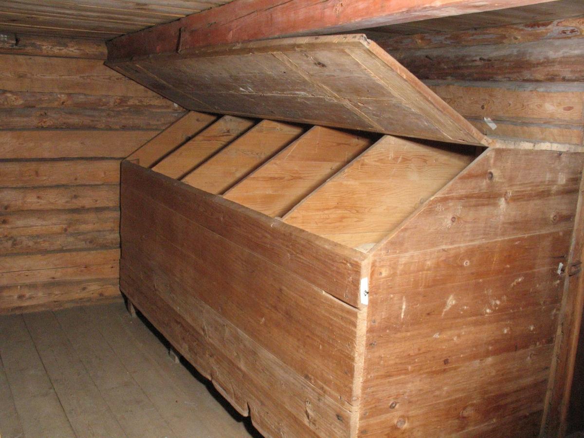 Merdøgaard. Sjøboden, kornloftet eller kornmagasinet. Innredning med store kornbyrer, med et volum langt større enn det som trengtes i egen husholdning.