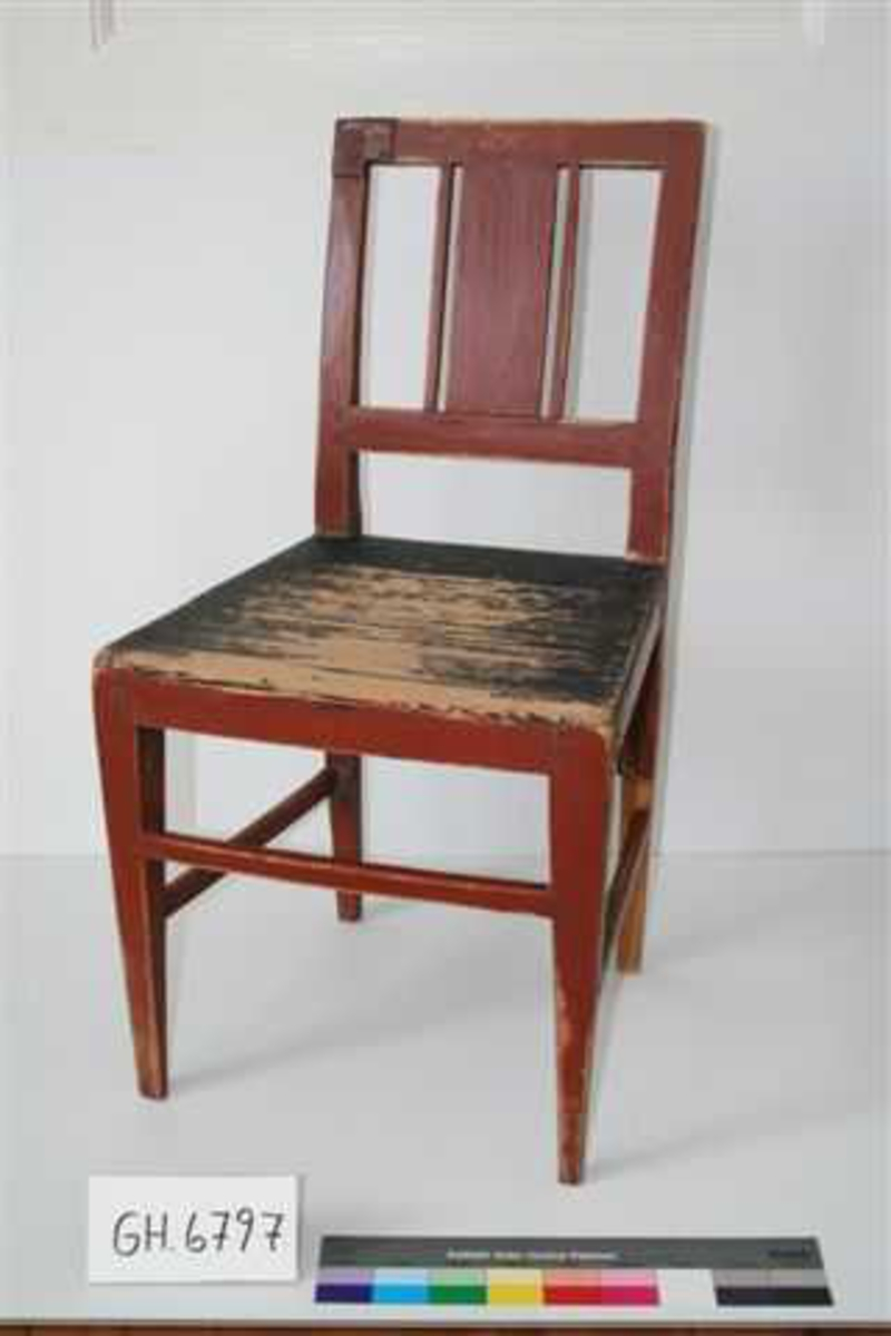 Stolen er stolpekonstruert: bakbena går i ett med ryggen. Alle fire ben smalner nedover. Trapesformet sete med svakt buet forkant. Fire sprosser. Innfelt tverrstykke i ryggen. Mellom tverrstykket og toppstykket er innfelt et midtstykke og to sprosser. Delene er festet til hverandre med treplugger. Setet sortmalt for å etterligne hestehårstrekk. Ryggen er forsterket med et metallbeslag øverst på høyre side. Nedre del av venstre bakben er restaurert.