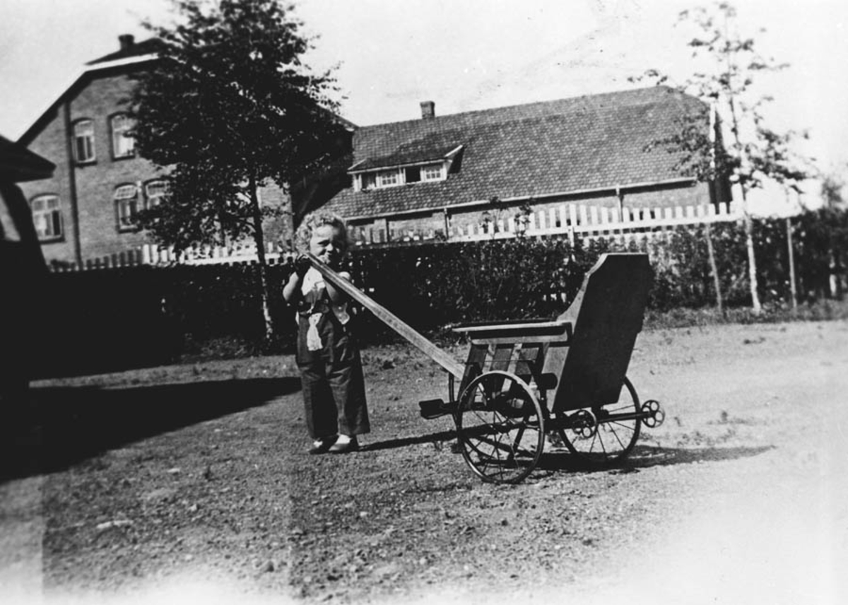 Typisk barne-kjerre fra 30-åra. Her Helene Johannson.
