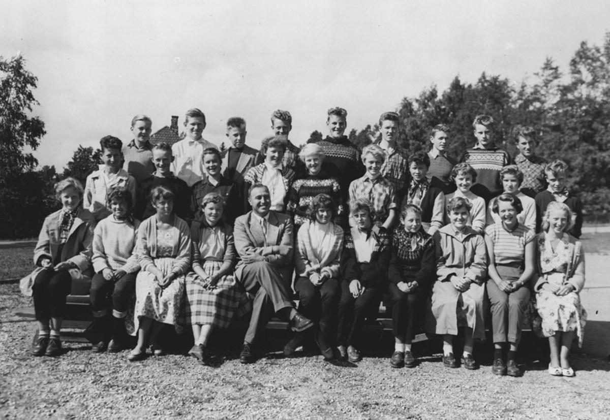 Klasse 2 B 1958. Fra v. foran. Gerd Synnøve Moen, Ellen Buer,
