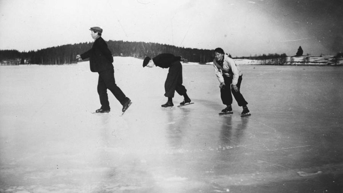 Thorstein Ødegård sen., Thorstein Ødegård jr. og Anne Ødegård på skøyter på Midtsjøvannet..