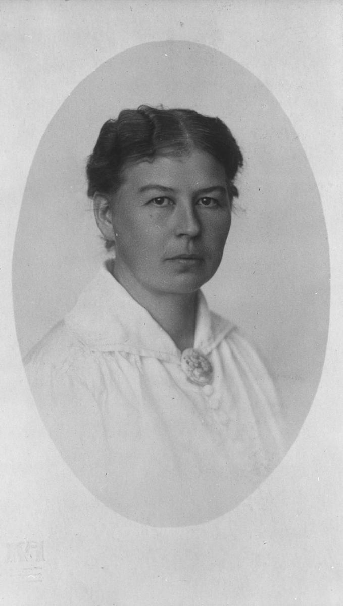 Brystbilde av fru Dagny Smith (f.1862, d.12.05.1965).