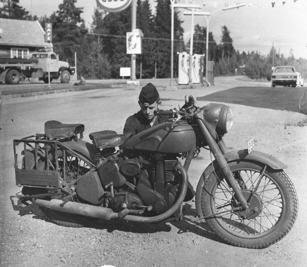 Mann med motorsykkel på bensinstasjon, Herbergåsen, Nes på Romerike.