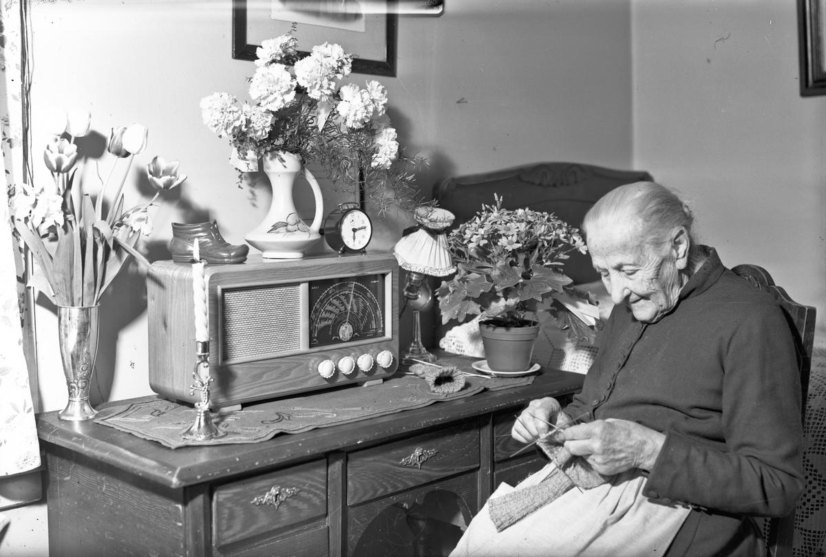 """Fru Halvorsen el. Hansen. Radioen er en """"RADIONETTE Solist 2""""."""