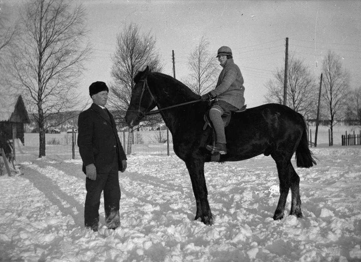 Jente på hest.