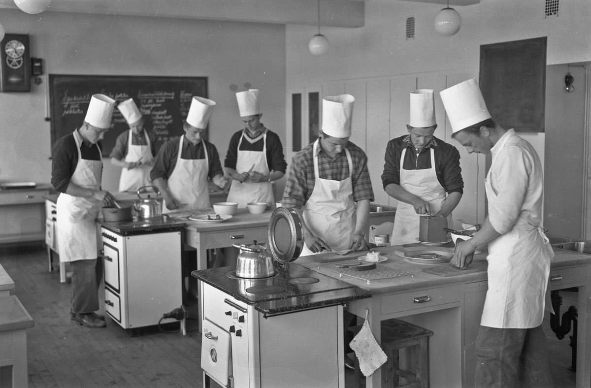 Gutter på skolekjøkken.