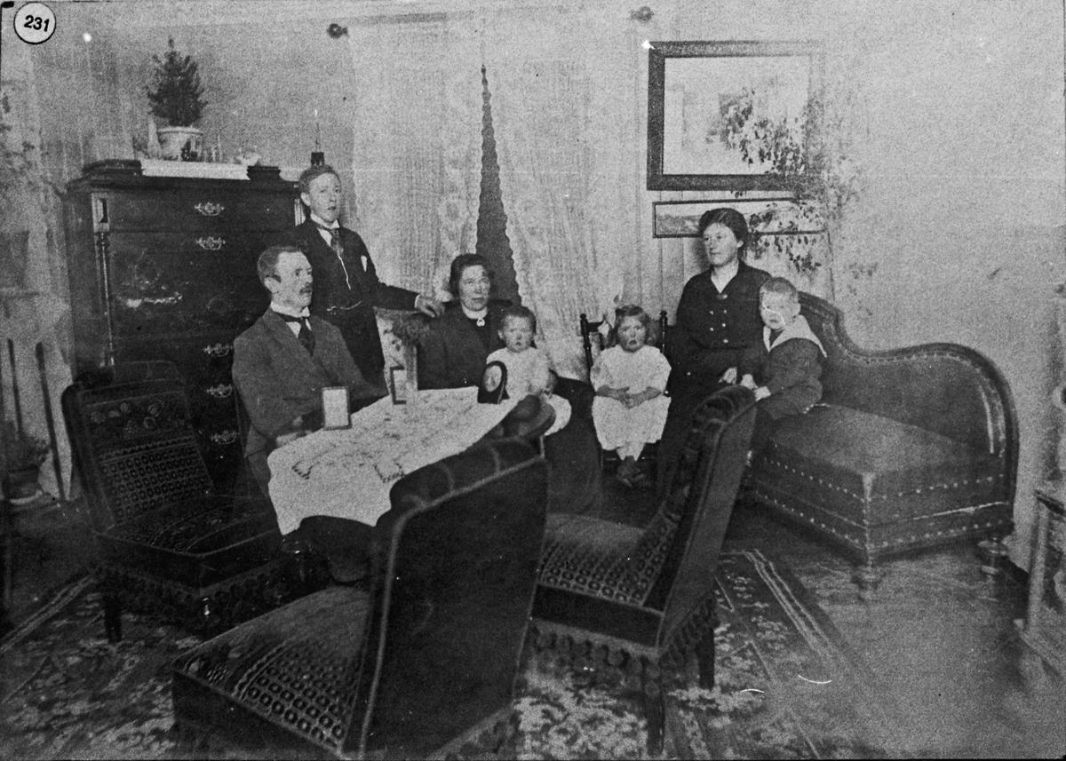 Voksne og barn i en stue.