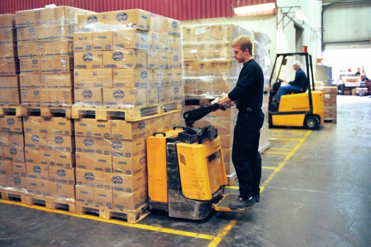 Lagerarbeid, emballasje, gaffeltruck, truck, sjåfør, fabrikkmiljø, arbeider, arbeidsmiljø