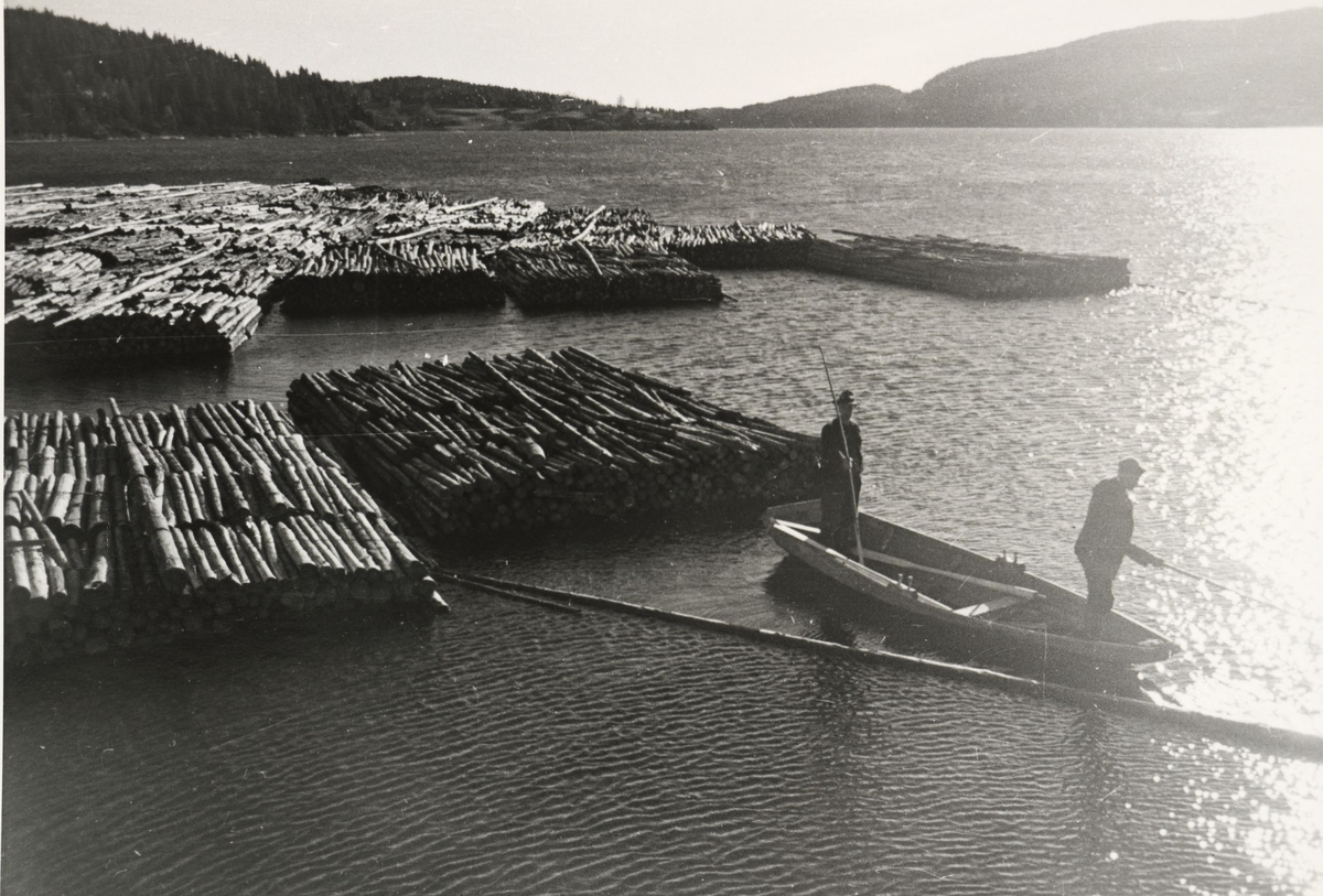 Bunter med tømmer ligger klare for fløting ved Skulerud brygge.