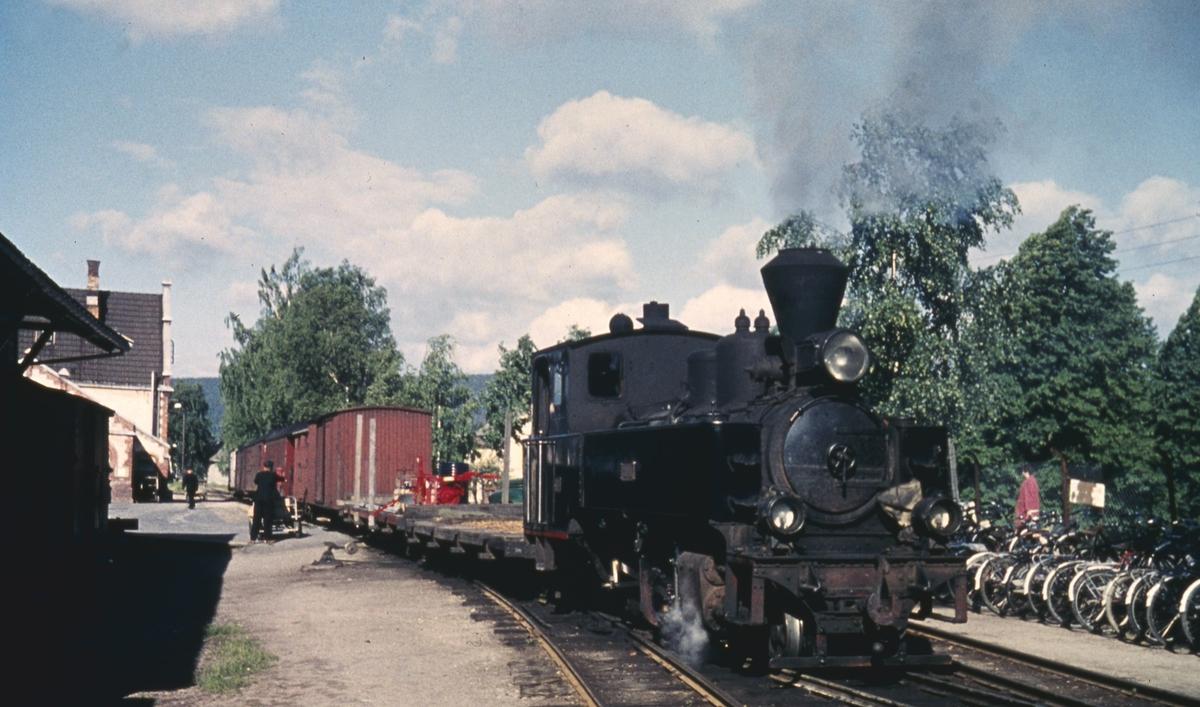 Innlasting av gods i tog 2051 til Skulerud før avgang fra Sørumsand stasjon.