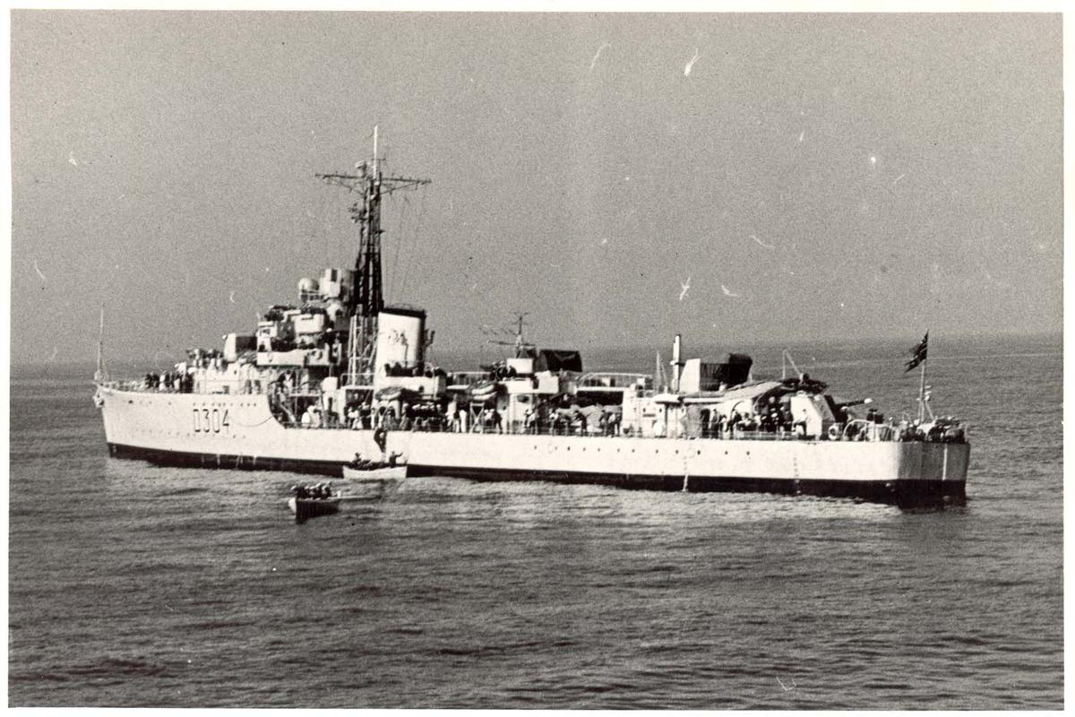 """Motiv: Jageren KNM """"Bergen"""" (D304) Under Middelhavstoktet i aug. 1955. 3/4 styrbord bredside"""