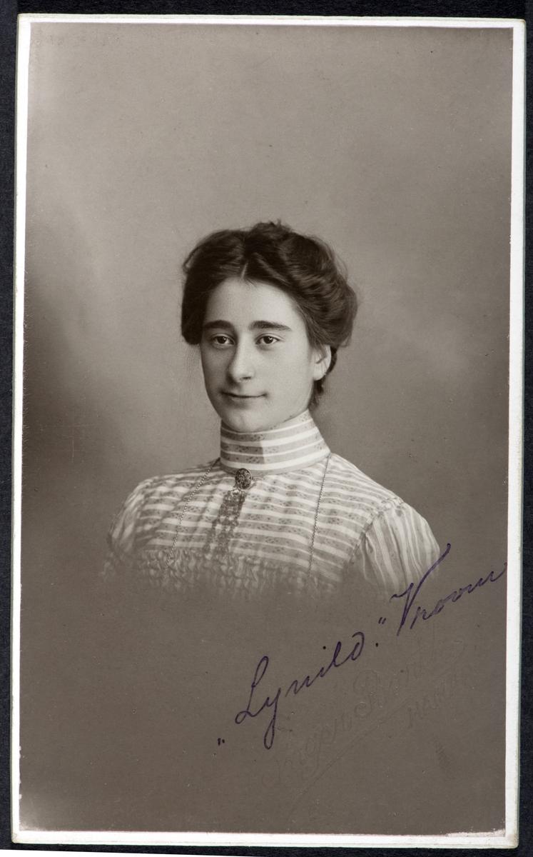 """""""Lynhild""""............., portrett, ukjent kvinne.  visittkort."""