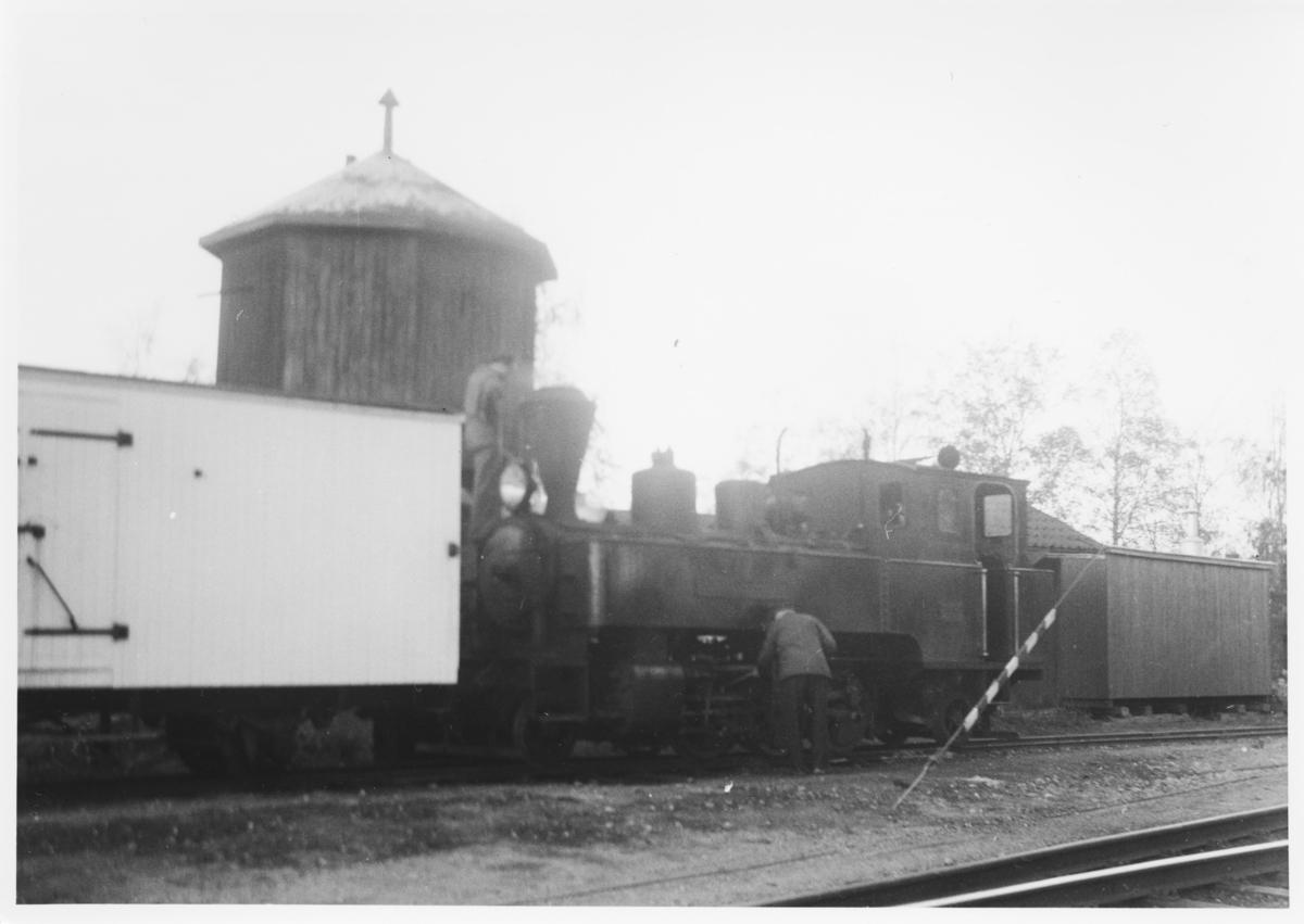 Lok 5 Bjørkelangen foran vanntårnet på Sørumsand stasjon. Dette er et av ytterst få kjente fotos som viser vanntårnet på Sørumsand.