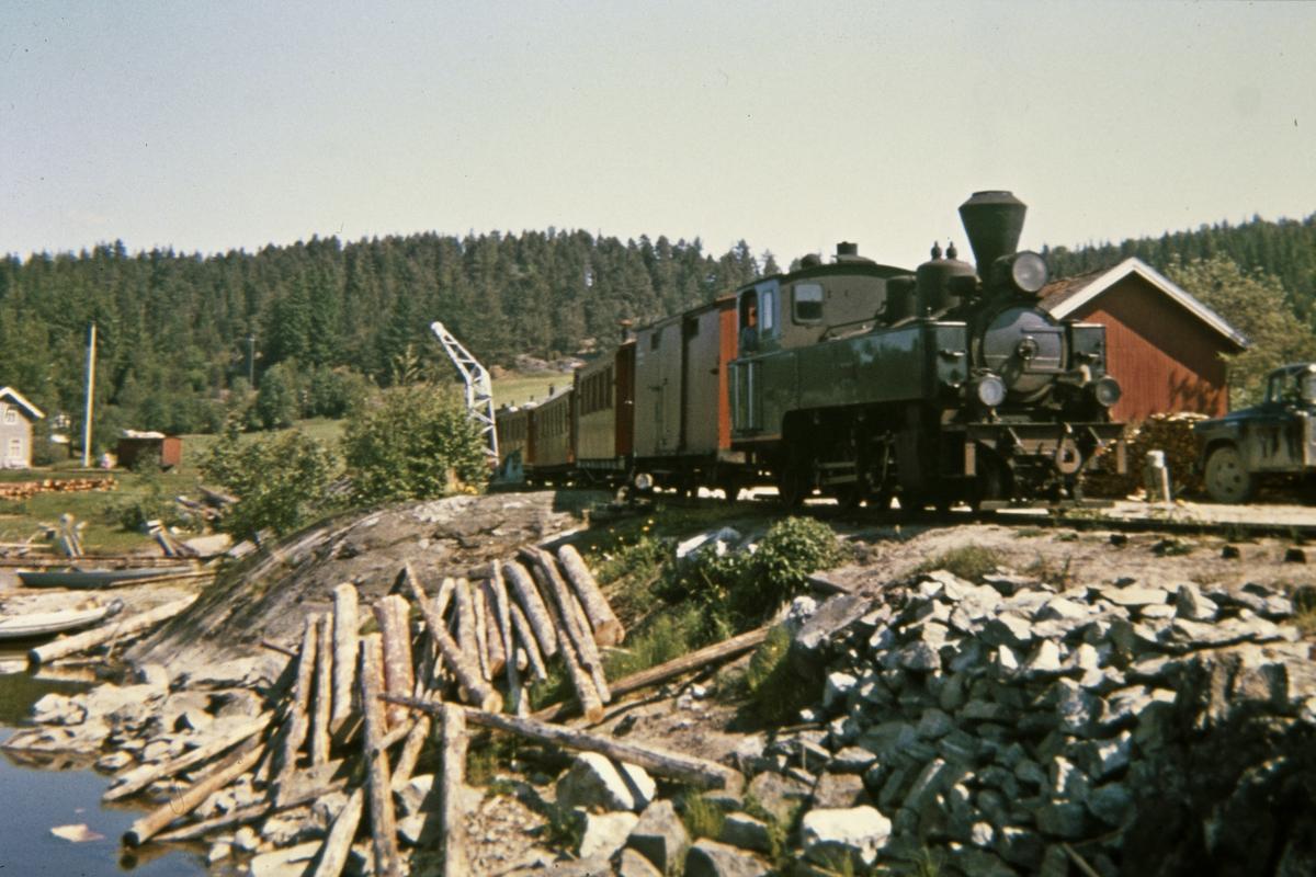 Tog 2051 har ankommet brygga på Skulerud.