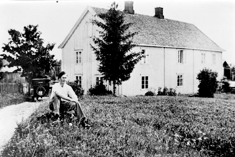 Dystvoll vestre i Vang H, ca 1935. Lars Westvang f. 21. 09. 1913, hovedbygningen i bakgrunnen