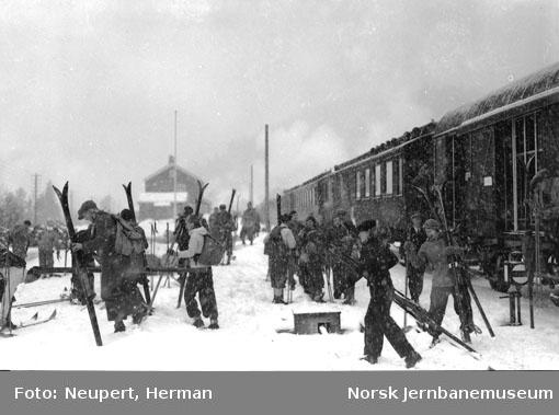Skiturister på Meheia stasjon