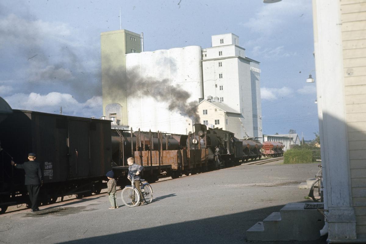 Godstoget skifter på Lena stasjon