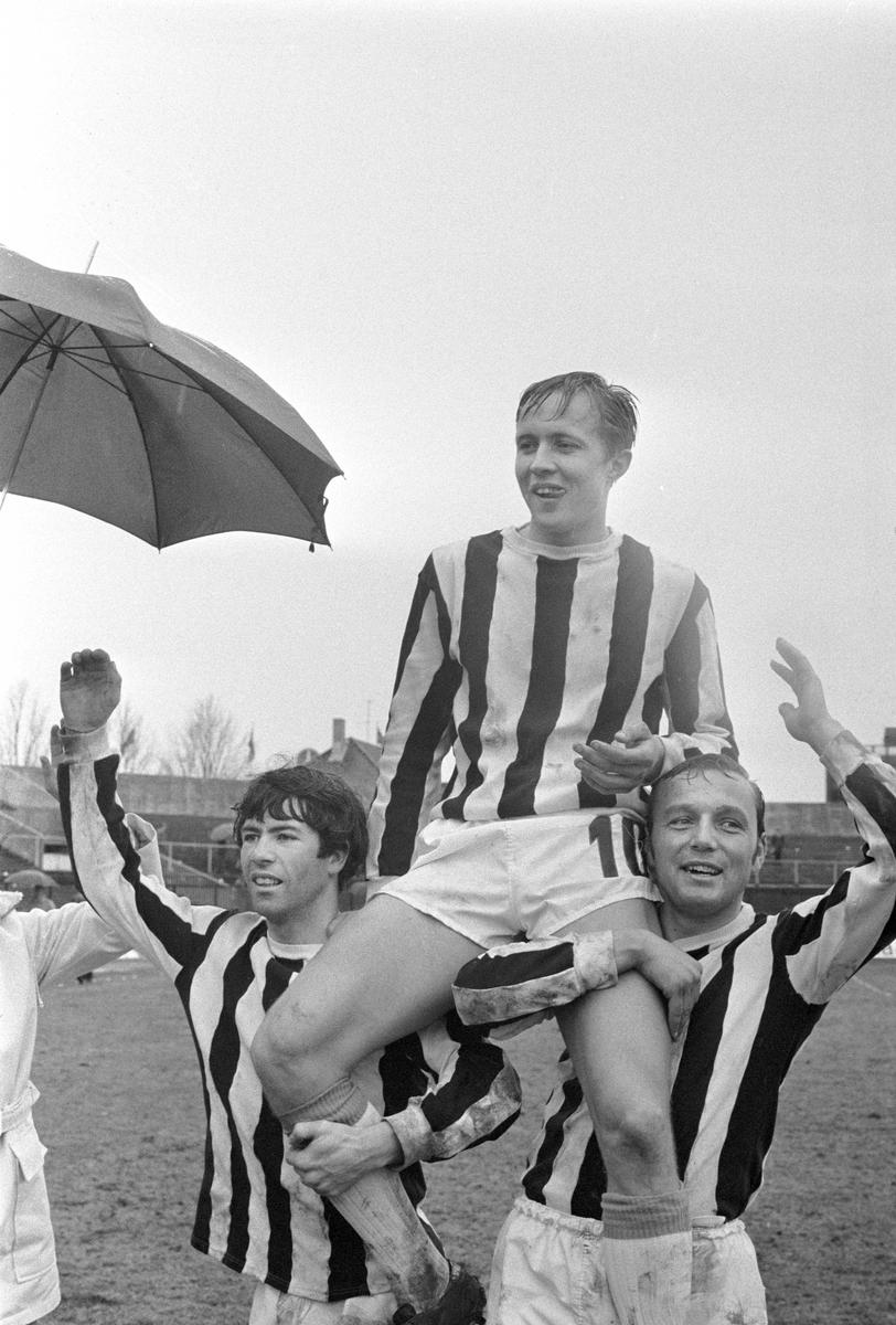 Serie. Fotballkamp mellom Skeid og Sarpsborg på Ullevål stadion, Oslo. Fotografert 27. april 1970.