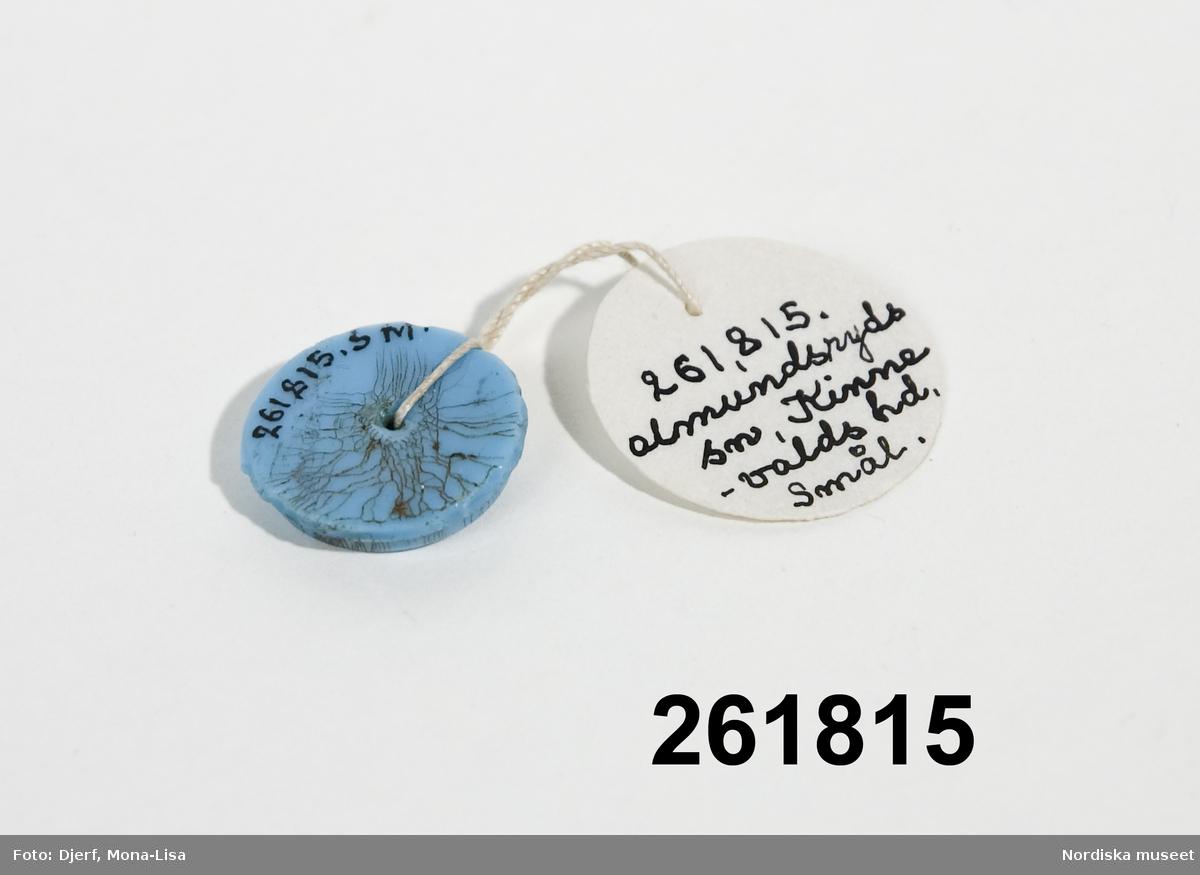 Rund blå agat med djupgraverad krona. 28.12.2005 HHn
