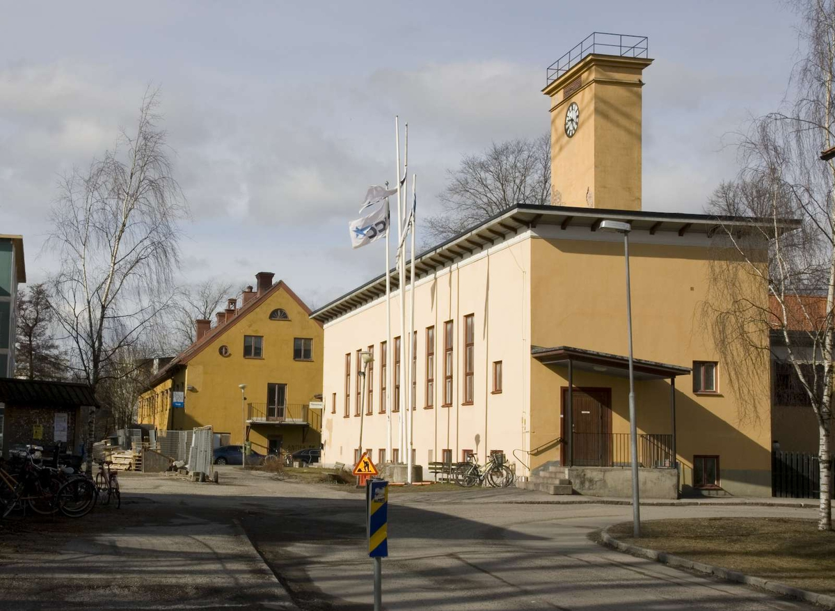 Karl-Johansbyggnaden: Putsat tvåvåningshus i sten och tegel, byggt i början av 1800-talet. Det är försett med en brunmålad putsad sockel. Fasaderna är ursprungligen slätputsade men har idag en genomfärgad gul stänkputs med grov yta. Huset har tvåluftfönster med kopplade bågar och karmar målade i brunt. På östra gaveln och södra långsidan finns entréer med aluminiumdörrar i brunt. Mot norr finns en äldre dubbeldörr av trä. Gavlarna är försedda med balkonger med brunmålade smidesräcken.   Taket är ett sadeltak täckt med tvåkupiga tegelpannor. På taknocken finns tre plåtklädda skorstenar med profilerade krön. Där finns även en ställning för vällingklocka med plåttäckt huv. Plåtgarneringarna på taket är rödmålade. Huset har stuprör av galvad plåt målade i brunt. Plåtavtäckningen ovanpå det utskjutande sockelpartiet är brunmålat.   Ekonomibyggnaden: Huset är byggt 1935 efter ritningar av stadsarkitekten Gunnar Leche. Stommen är murad i tegel. Fasaderna är putsade med samma typ av stänkputs som Karl-Johansbyggnaden. Ursprungligen har huset haft en slät kalkputs. Huset har en T-formad plan. Stapeln i T:et är försedd med tegeltäckt sadeltak. Strecket i T:et har ett flackt papptäckt tak som döljs bakom uppskjutande murpartier vilka kröns av en kraftig utskjutande takfotslist med taktassar av trä. Huset har en hög tornliknande skorsten. Skorstenen är putsad och kröns av en profilerad taklist och ett järnräcke. Under takfoten sitter två urtavlor med visare och romerska siffror av svartmålad plåt.