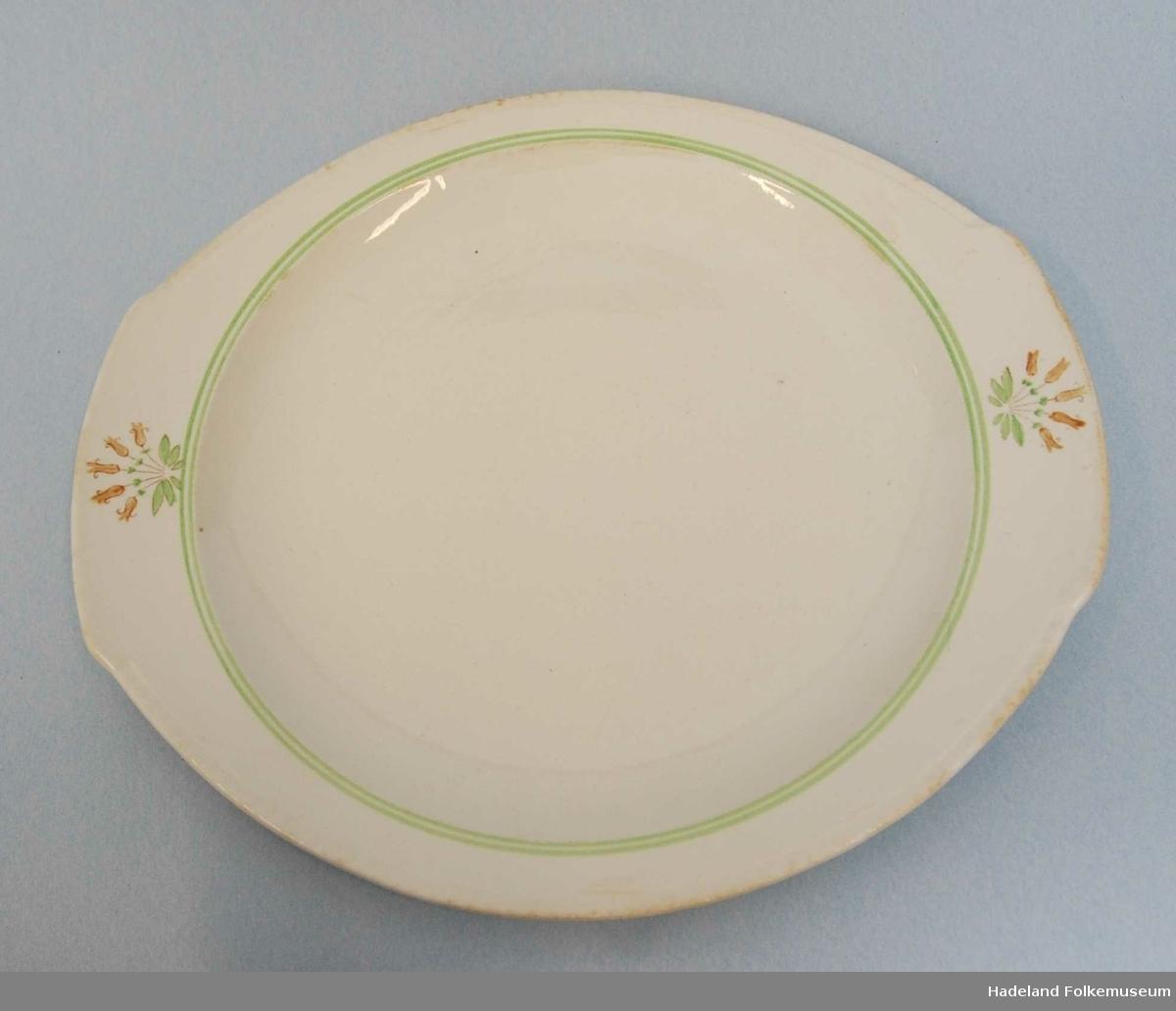 Serviset består av: a-r:18 flate tallerkener s-ab:13 dype tallerkner ac-an:12 dessert boller ao-ay:5 asjetter az-aå:2 sukkerkopper ba-be:2 avlange,1 rundt og 2 dype runde fat bf-bi:lokkefat og 2 sausekopper
