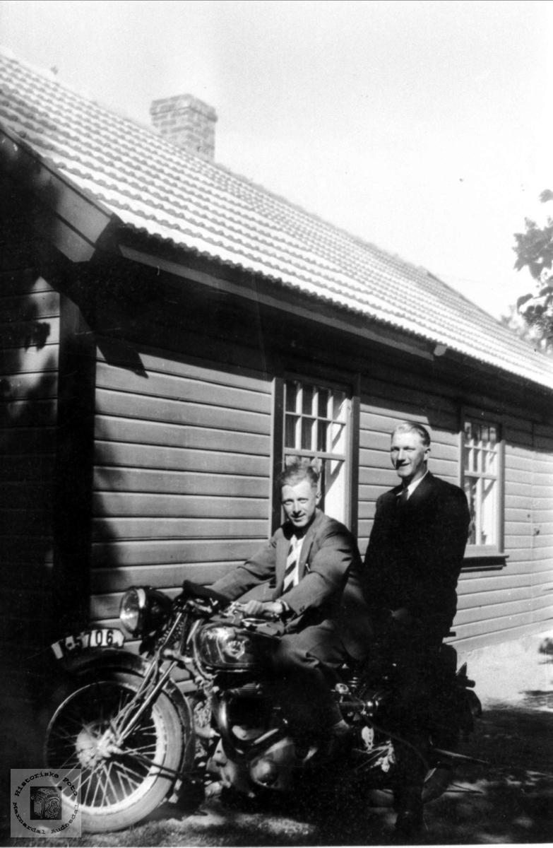 Mathias Skeibrok og Ola T. Foss på motorsykkel i Mandal.