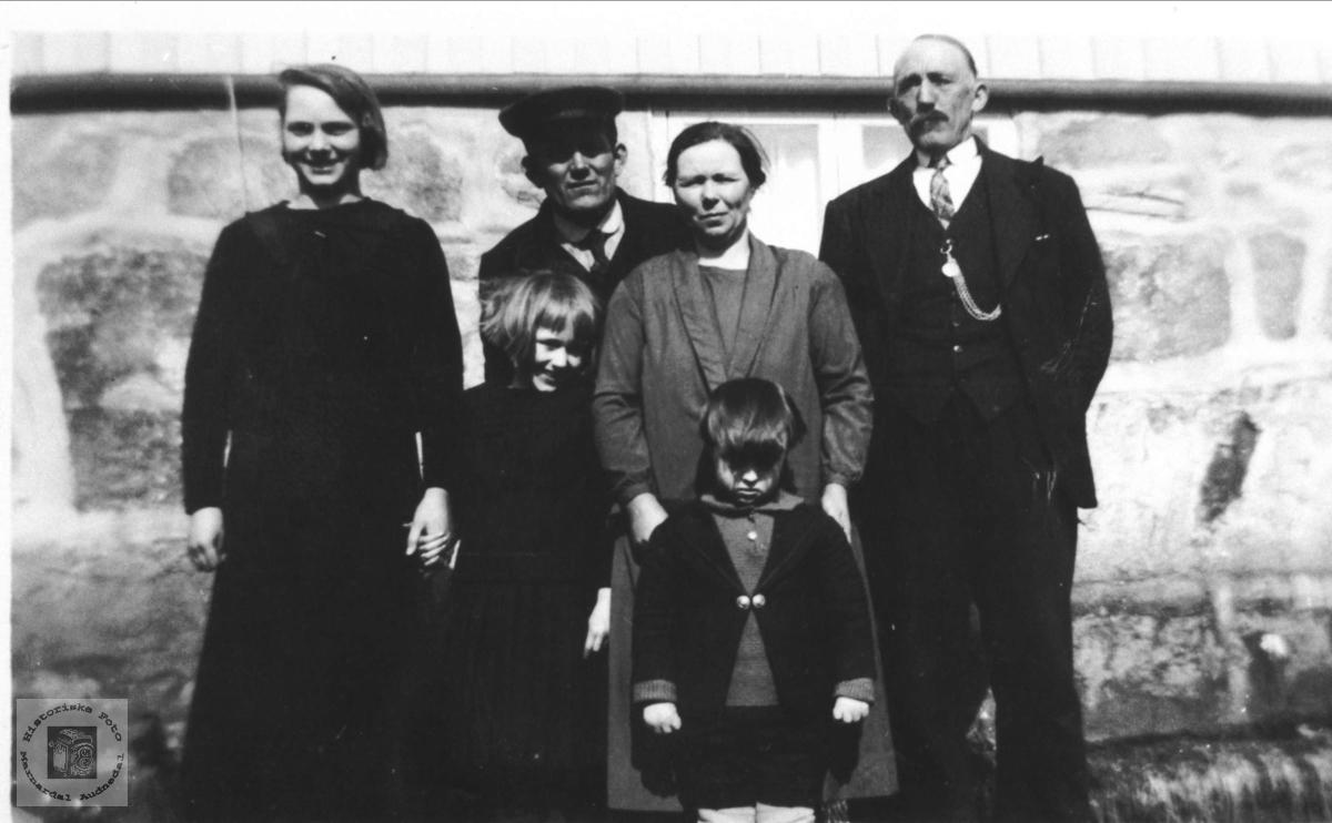 Familiegruppe Skjævesland med tjenestejente. Øyslebø.