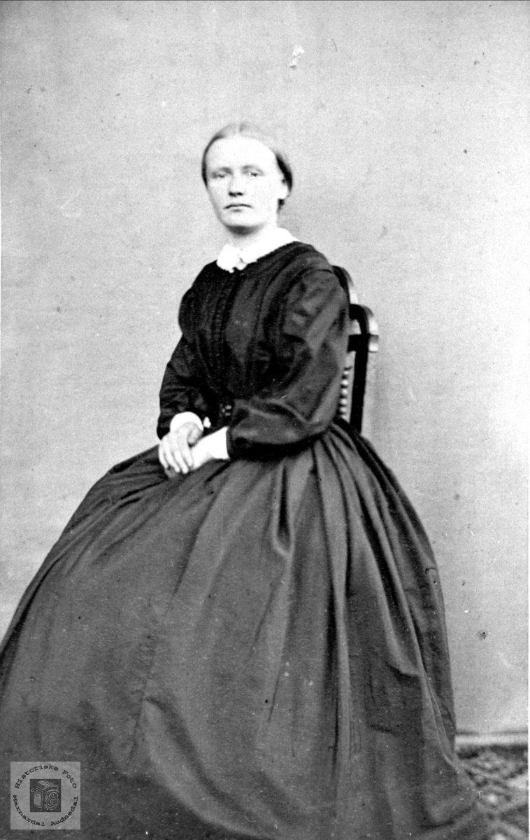 Portrett av Gunnhild Tomine Heddeland, Øyslebø.